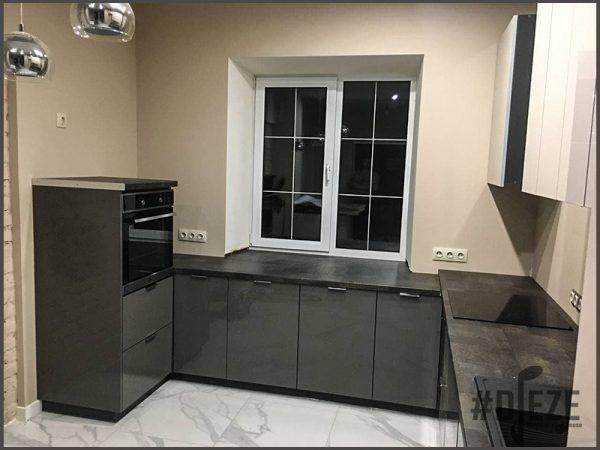 Серая кухня с акриловыми фасадами